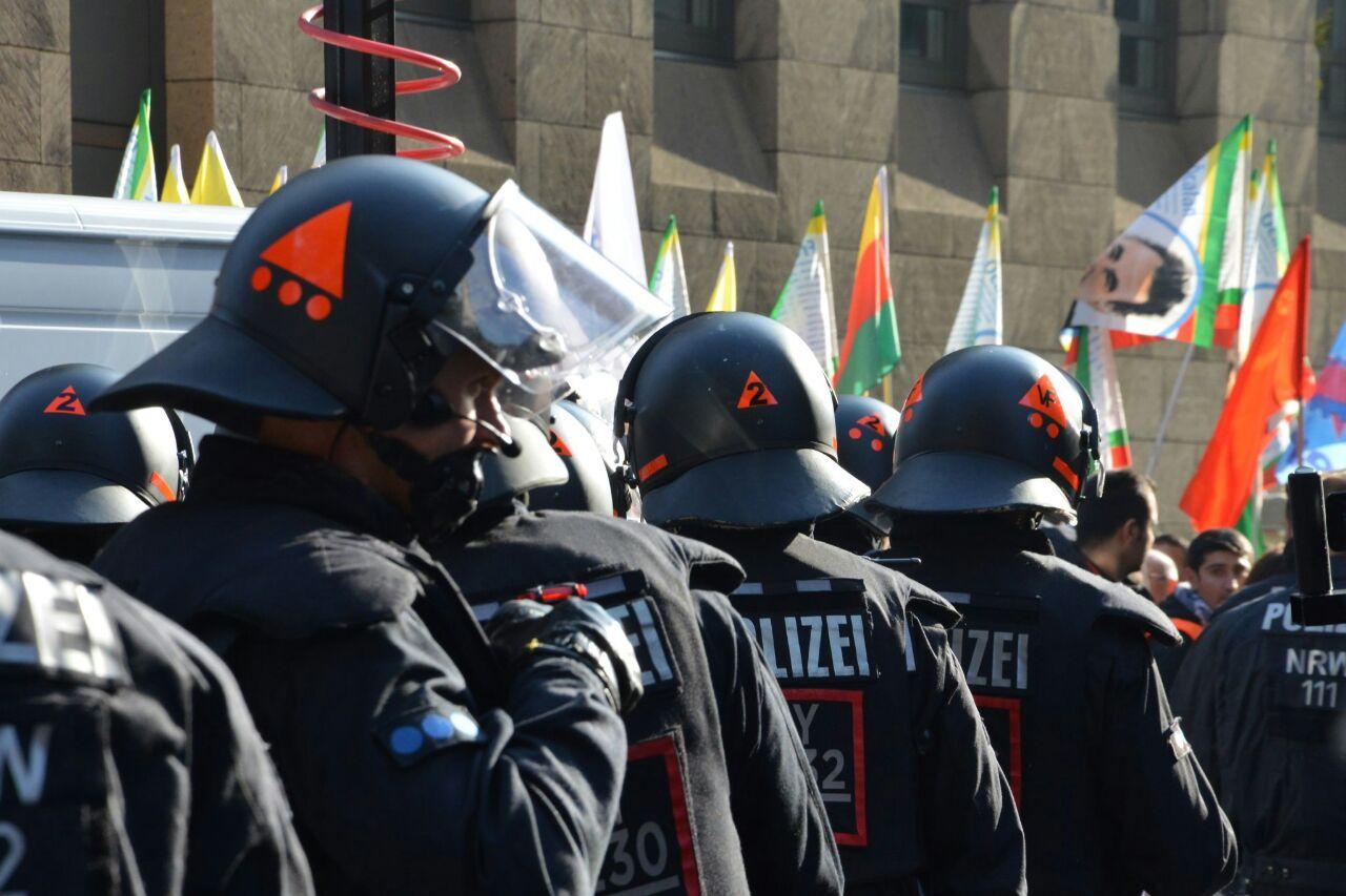 Polizei greift friedliche Demo in Düsseldorf an