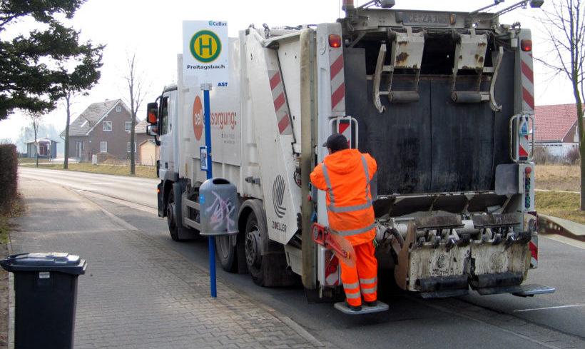 Obdachloser übernachtet in Müllcontainer – und wird im Transporter fast zerquetscht
