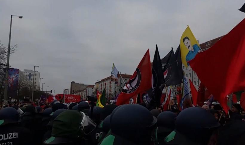 Video: Polizeiübergriffe auf der Luxemburg-Liebknecht-Demonstration wegen pro-kurdischen Fahnen
